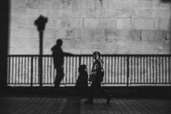Con la sombra de la sombra.