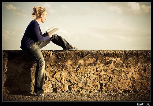 Leyendo en la muralla.